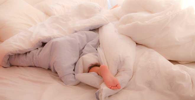 dormir-con-un-pie-fuera-de-la-cama