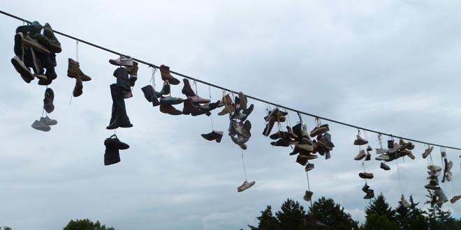 Zapatillas colgadas cable