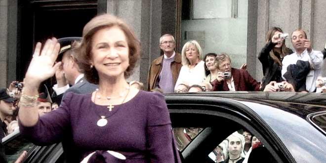 Reina Doña Sofía Saludando