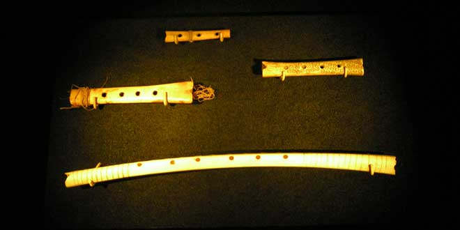 Varias flautas de hueso